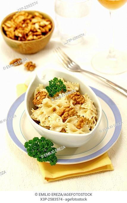 Farfalle with walnuts and curry