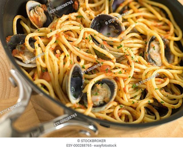Spaghetti Vongole in a Pan