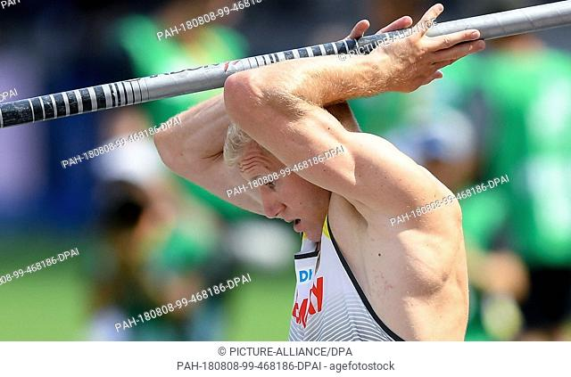 08.08.2018, Berlin: Athletics: European Championships in the Olympic Stadium: Decathlon, Men: Arthur Abele from Germany holds the pole vault over his head after...