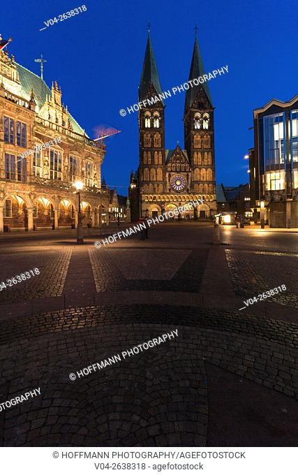 Illuminated Bremen Cathedral (St. Petri Dom zu Bremen) and mediaeval town hall, Bremen, Germany, Europe