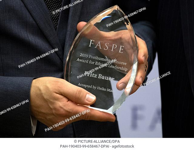 """02 April 2019, US, New York: Heiko Maas (SPD), Foreign Minister of Germany, accepts the """"""""Posthumous Ethics Leadership Award"""""""" of the initiative Fellowships at..."""