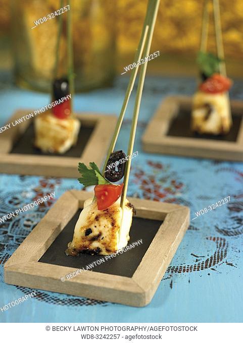pincho de queso de cabra, con tomate y aceituna