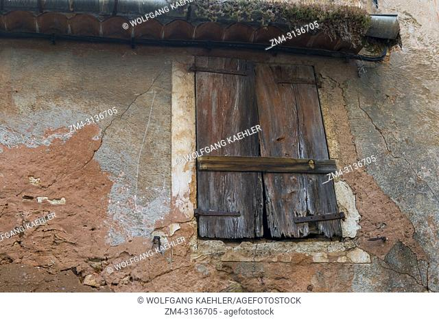 Detail of a house with a window in the village of Roussillon in the Luberon, Provence-Alpes-Cote d Azur region in southern France