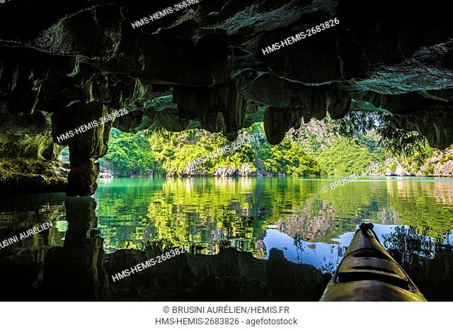 Vietnam, Gulf of Tonkin, Quang Ninh province, Ha Long Bay (Vinh Ha Long) listed as World Heritage by UNESCO (1994), kayaking in the bay