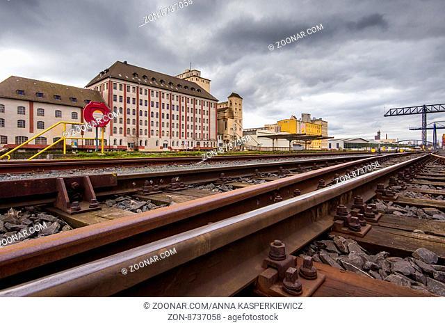 Lagerhaus und Schienen der Hafenbahn am Osthafen, Frankfurt am Main, Deutschland