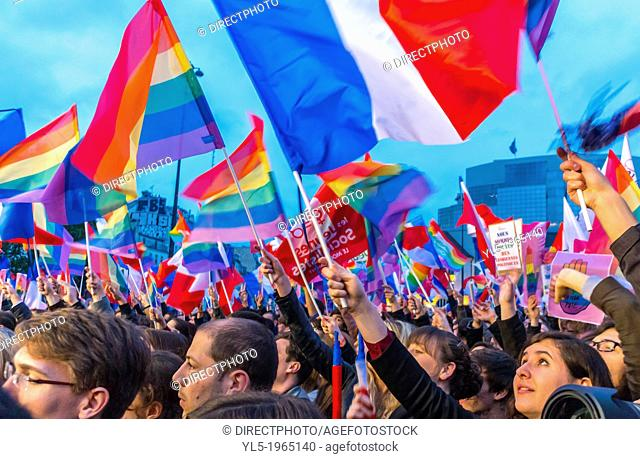 Several thousand people gathered Tuesday evening to celebrate the new law opening marriage and adoption to homosexual couples for a festive and free concert in...