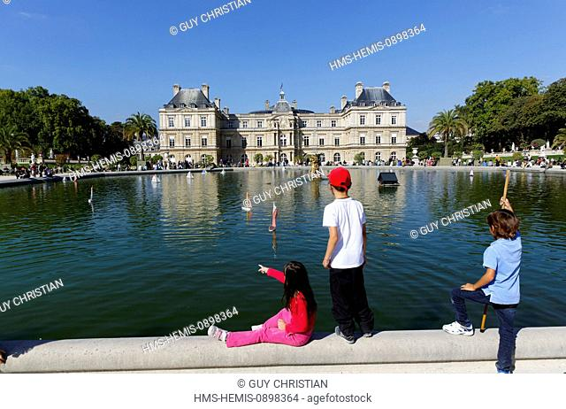 France, Paris, Jardin du Luxembourg, Luxembourg Palace (the French Senate), pool