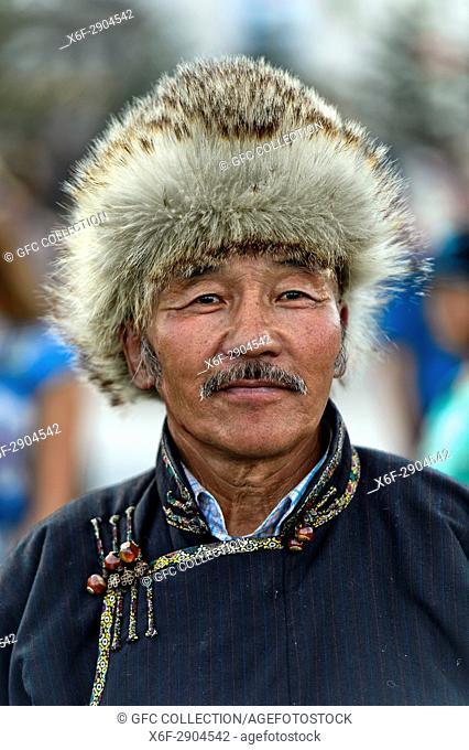 Mongolischer Mann mit traditioneller Fellmütze, Festival der mongolischen Nationaltracht, Ulanbator, Mongolei / Mongolian man with a traditional fur hat