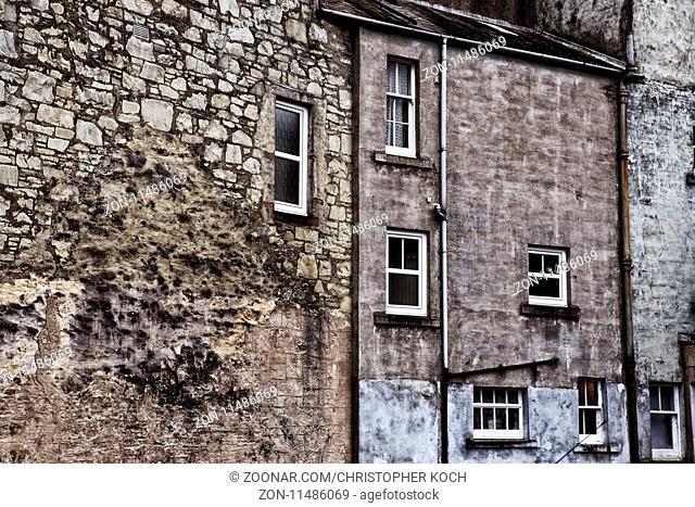 Hausfassade in einer kleinen Stadt in Schottland