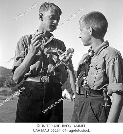 Zwei Hitlerjungen essen ihr Butterbrot im Hitlerjugend Lager, Österreich 1930er Jahre. Two Hitler youths eating their sandwiches at the Hitler youth camp