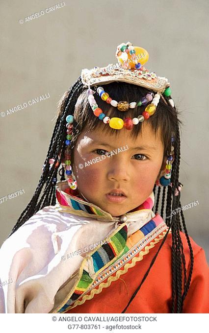China  Yunnan  Shangri-La region  Zhongdian, called Shangri La, on the Tibetan Border  Girl of Naxi minority people  MODEL RELEASE  1100