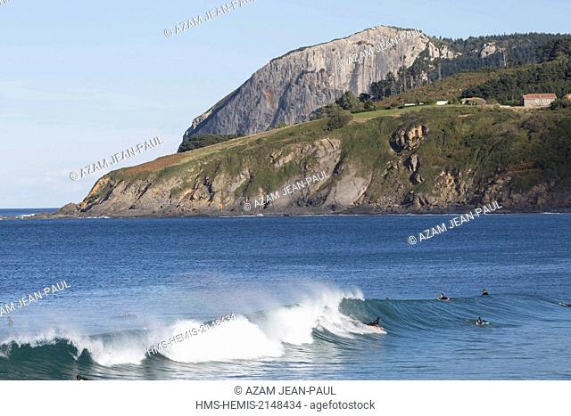 Spain, Vizcaya Province, Basque Country, Mundaka, surfers in the Gernika estuary