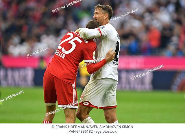 Torwart Rene ADLER (FSV Mainz) mit Thomas MUELLER (MULLER,FC Bayern Munich) nach Spielende.Umarmung, Fussball 1. Bundesliga, 4