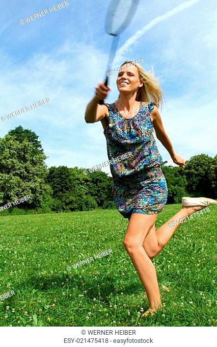 Frau spielt badminton