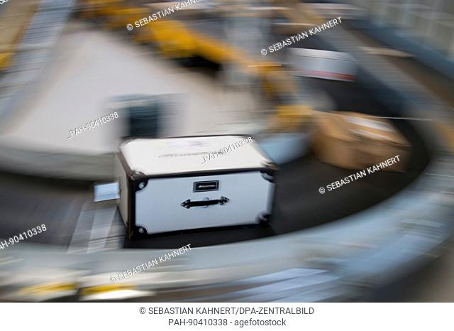 dpatop - Packages lie on a conveyor belt in a delivery hub of the logistics company Deutsche Post DHL in Dresden, Germany, 05 May 2017
