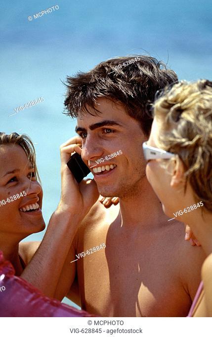 Junge Leute mit Handy am Strand - Ibiza, Balearen,  Spanien, 27/07/2004