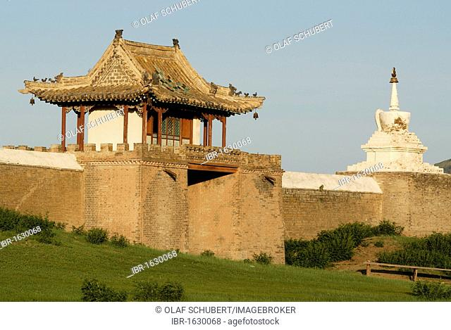 Stupa and gatehouse of the outer wall of Erdene Zuu Khiid Monastery, Karakorum, Kharkhorin, Oevoerkhangai Aimak, Mongolia, Asia