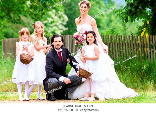 Hochzeit Braut und Bräutigam mit Blumenkindern