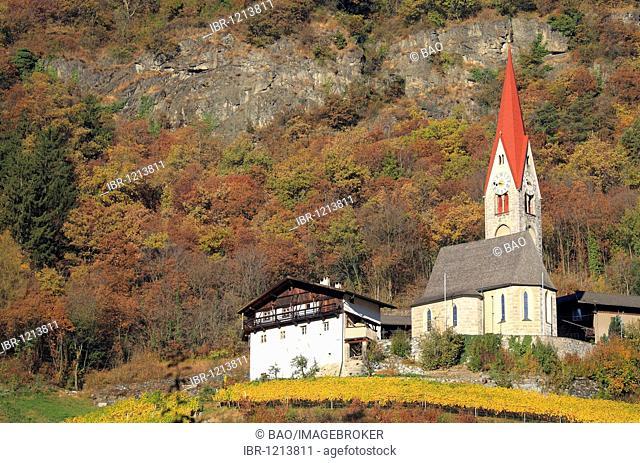 Church and farm near Tschoetsch, Scezze, Eissacktal, South Tyrol, Italy, Europe