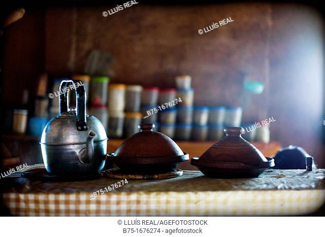 olla de barro ó tajine y tetera en una cocina tipica de Marruecos, crock pot or kettle in a tajine and cuisine of Morocco