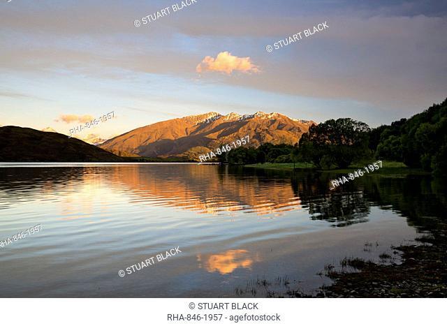 Sunrise over Glendhu Bay on Lake Wanaka and Mount Aspiring, Wanaka, Otago, South Island, New Zealand, Pacific
