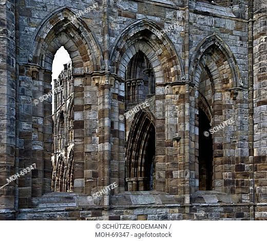 Fensterdurchblick. Whitby Abbey. Klosterruine aus dem 13./ 14. Jahrhundert. Die Abtei wurde 657 von König Oswiu gegründet