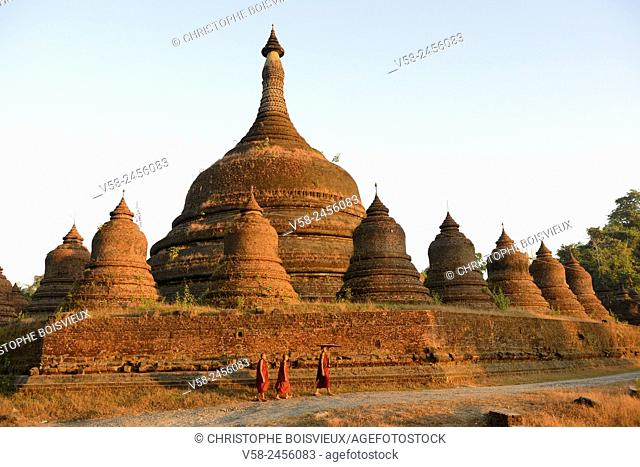Myanmar, Rakhine State, Mrauk U, Ratanabon pagoda (17th C), Buddhist novices