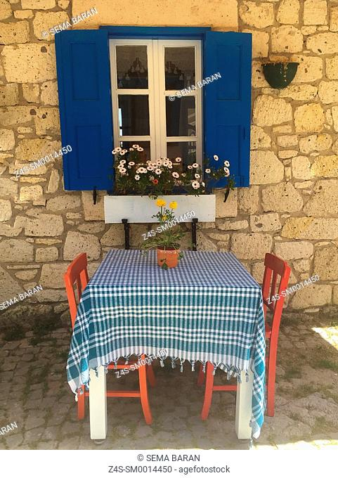 Lonely table waiting for guests at the cafe in Alacati town, the historic centre of Zeytineli Koeyue, Cesme, Izmir, Aegean Coast, Turkey, Europe