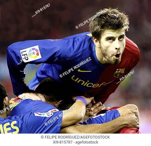 Spanish League 2008-09 (november 29, 2008): Sevilla FC vs. FC Barcelona. Estadio Ramón Sánchez Pizjuán. Gerard Piqué celebrates a goal with his Barça team mates