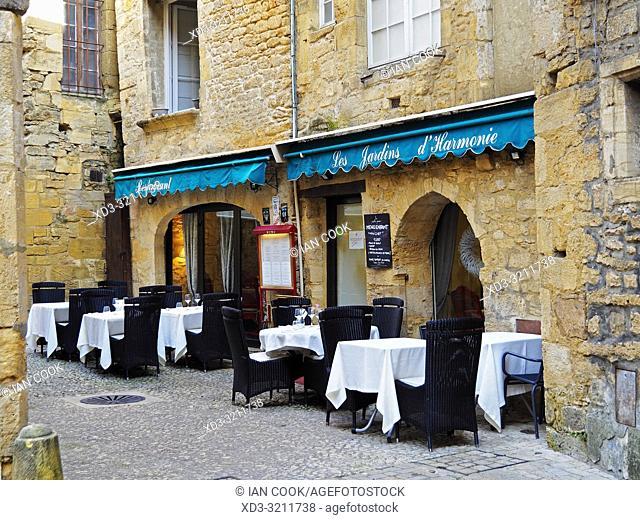 outdoor restaurant, Sarlat-la-Caneda, Dordogne Department, Nouvelle-Aquitaine, France