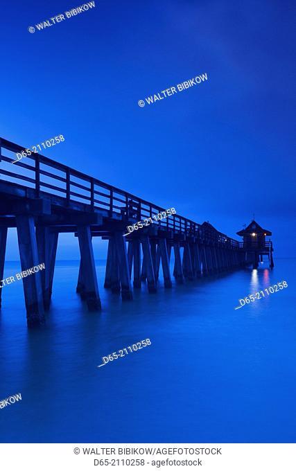USA, Florida, Gulf Coast, Naples, Naples Pier, dawn