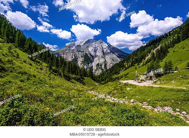 Austria, Tyrol, Karwendel Mountains, Alpenpark Karwendel, alpine village 'Eng', Binsalm in direction to Gamsjoch (mountain)
