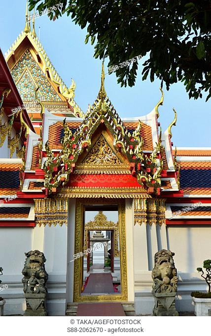 Wat pho temple which is one of the biggest temple situate next block to Royal Palace in Bangkok. It is famous for this huge reclining Buddha