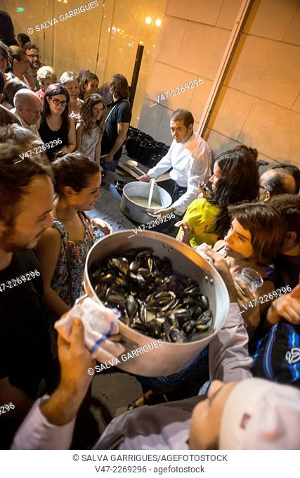 Chef with a pot of mussels to share with the guests, Valencia, Spain, Europe