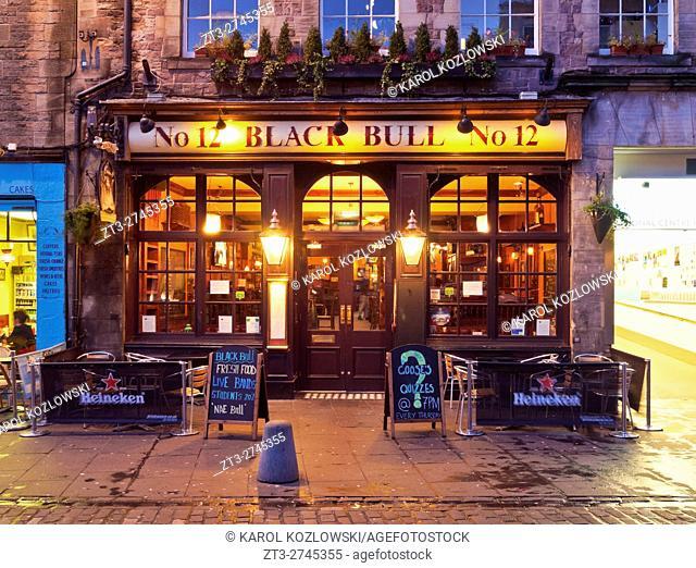 UK, Scotland, Lothian, Edinburgh, Twilight view of the Black Bull Pub and the Grassmarket