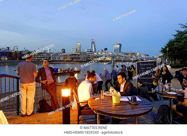 United Kingdom, London, Southwark District, restaurant pub along the quays of the Thames with view over the City district and St. Paul Cathedral