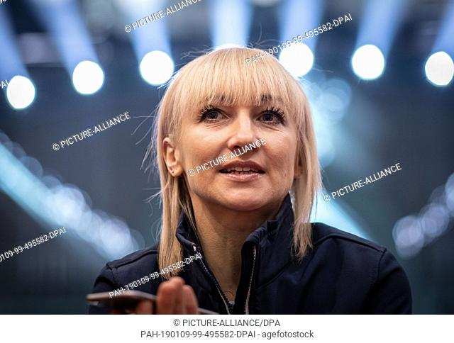 09 January 2019, Hessen, Frankfurt/Main: Figure skater Aljona Savchenko sits at the edge of the Holiday on Ice ice rink during an interview in the Festhalle