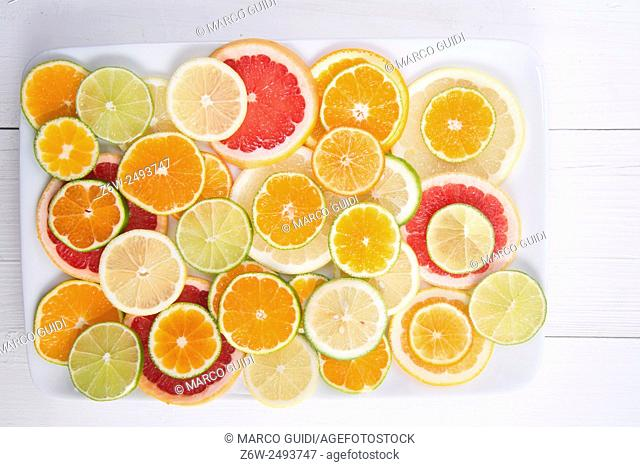 Presenting a blend of citrus slices of different types