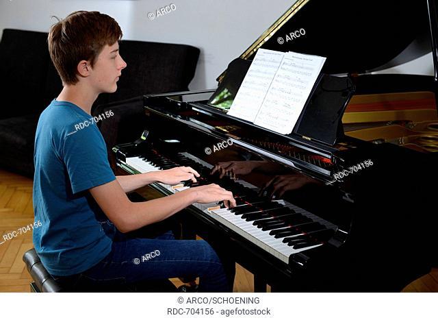 Kind, Klavier, Spiel