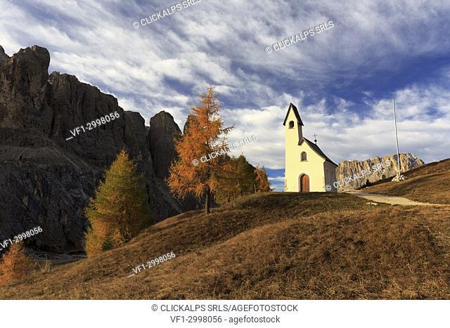 Cappella di San Maurizio at Passo Gardena / Grödner Joch in autumn, Selva di Val Gardena, Corvara in Val Badia, Province of Bolzano, Trentino Alto-Adige, Italy