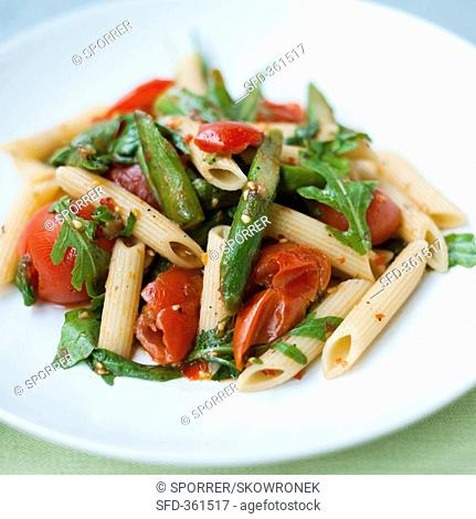 Penne with tomatoes, green beans and rocket