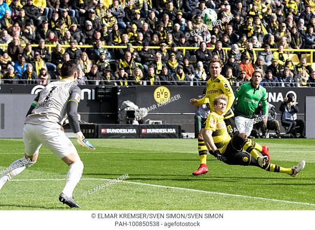 Andre SCHUERRLE (Sch-rrle, DO) schiesst versus goalwart Philipp TSCHUNER (H) auf das goal, Heber, Aktion, goalschuss, .Fussball 1. Bundesliga, 27