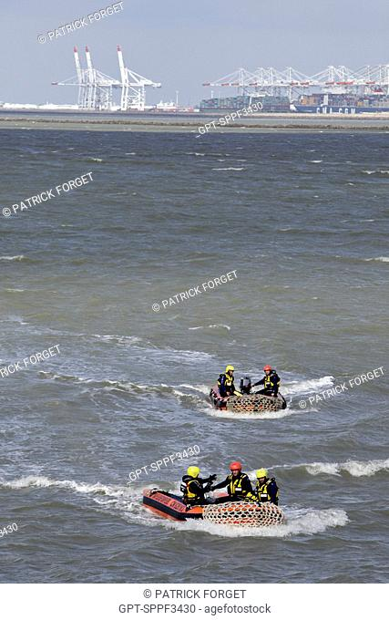 TRAINING OF THE COASTGUARD OF THE HONFLEUR FIRE DEPARTMENT AND EMERGENCY SERVICES IN THE ESTUARY OF THE SEINE ACROSS FROM LE HAVRE PORT 2000, CALVADOS 14