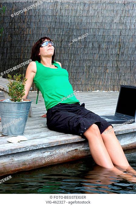 Frau mit Laptop auf Steg am Teich - woman with laptop at pond - 07/06/2007