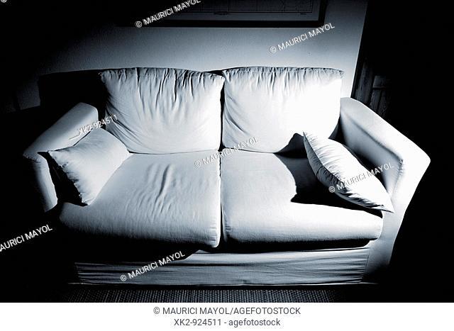 Comodo Sofa blanco por la noche