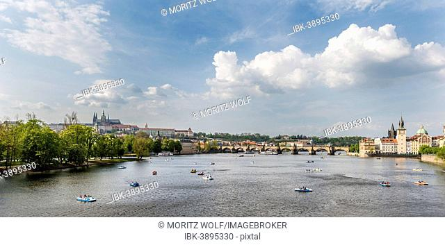 Vltava river with Charles Bridge or Karluv most, UNESCO World Heritage Site, Prague, Hlavní mesto Praha, Czech Republic