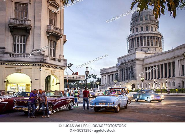 Street scene in Parque Central, in background Capitol Building, El Capitolio, Centro Habana District, La Habana, Cuba