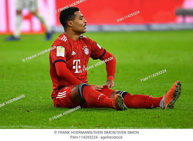 Serge GNABRY (Bayern Munich) at ground, injured, injury. Action, Single Action, Single Image, Cut Out, Full Body Shot, Whole Figure. Bundesliga, 16