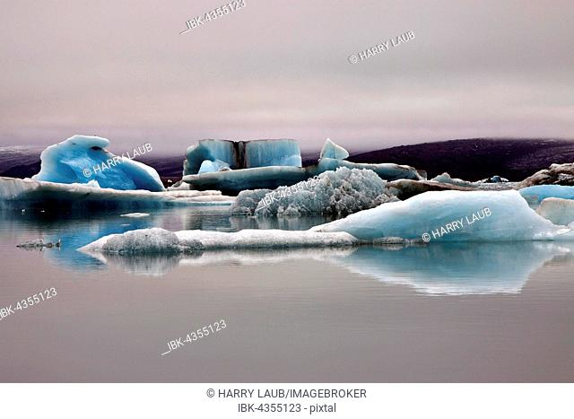 Ice, icebergs with traces of volcanic ash, glacier, glacial lagoon of the Vatnajökull glacier, Jökulsarlon, Iceland