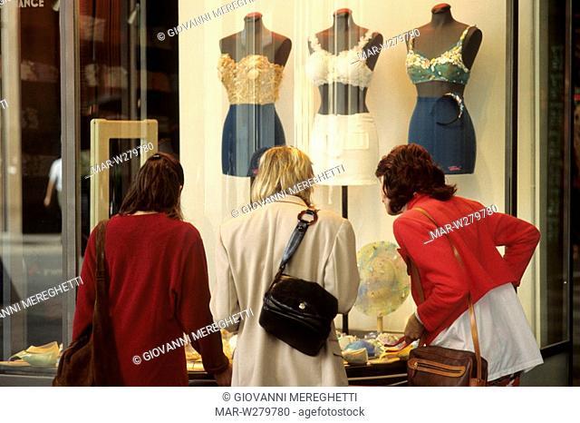 shopping a milano, lombardia, italia